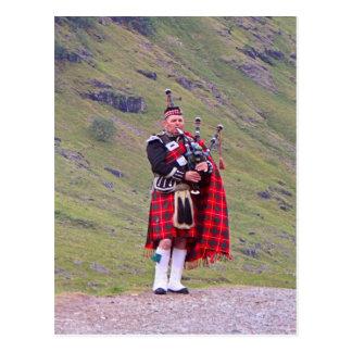 Carte Postale Joueur de cornemuse écossais solitaire, montagnes,