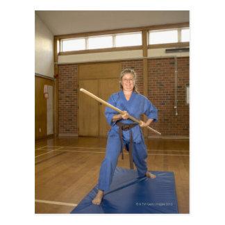 Carte Postale La femme exécutant Ken-Font-Kai karaté, souriant,