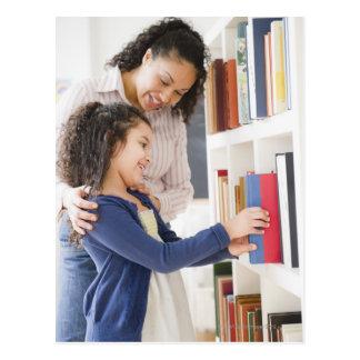 Carte Postale La fille de aide de mère choisissent le livre sur