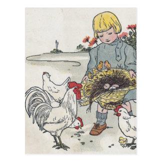 Carte Postale La fille vintage avec des poulets, E est un oeuf