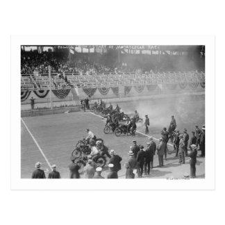 Carte Postale La police montre -- Début de course de moto