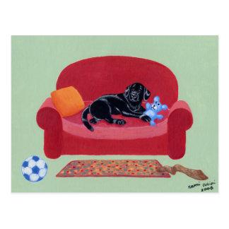 Carte Postale Labrador noir sur le divan rose