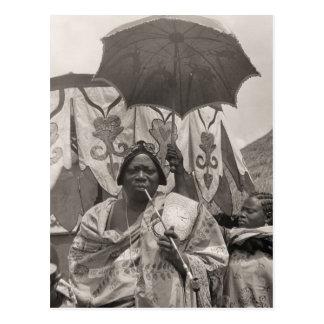 Carte Postale L'Afrique vintage, chef, employé et parasol