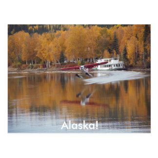 Carte Postale L'Alaska, Floatplane, bateau de rivière, arbres de