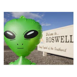 Carte Postale L'alien gonflable avec l'accueil vers Roswell