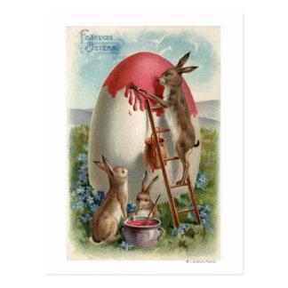 Carte Postale Lapins peignant un oeuf