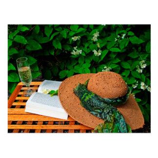Carte Postale Le chapeau de paille, le livre et le vin blanc en