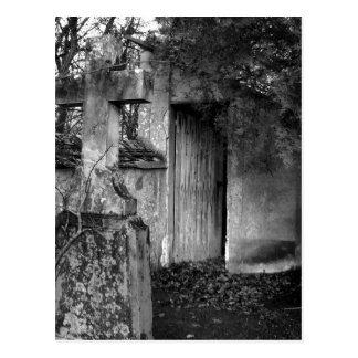 Carte Postale Le hangar dans le cimetière en noir et blanc