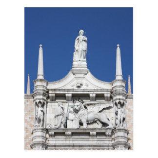 Carte Postale Le palais des doges avec la statue du doge avant