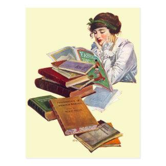 Carte Postale Le rat de bibliothèque lisant une revue de mode