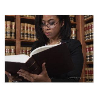 Carte Postale Lecture de femme à la bibliothèque juridique