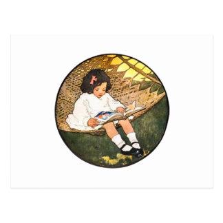 Carte Postale Lecture de petite fille dans un hamac