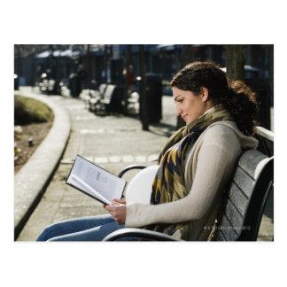 Carte Postale Lecture du Moyen-Orient enceinte de femme sur le