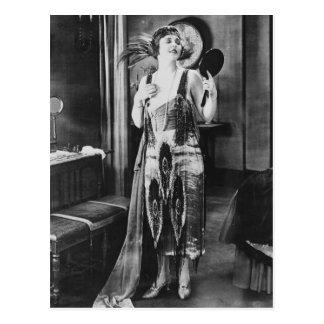Carte Postale Les belles années 1920 de robe d'aileron de femme