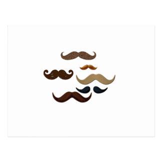 Carte Postale Les cheveux de collage de moustache ajoutent le