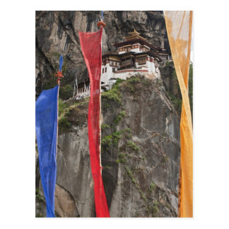 Carte Postale Les drapeaux de prière accrochent près de