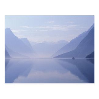 Carte Postale L'Europe, Norvège. Murs verticaux reflétés dedans