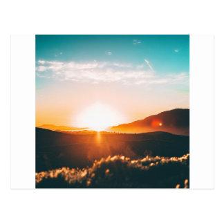 Carte Postale Lever de soleil au-dessus de la colline en nature