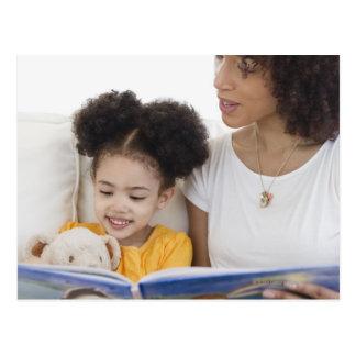 Carte Postale Livre de lecture de femme avec la fille