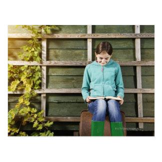 Carte Postale Livre de séance et de lecture de fille près de