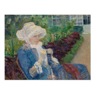 Carte Postale Lydia faisant du crochet dans le jardin à marneux