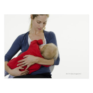Carte Postale Mère allaitant son bébé
