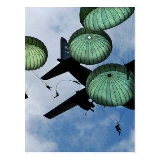 Carte Postale Mission de masse de saut, parachutes, l'armée