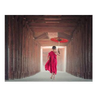 Carte Postale Moine bouddhiste avec le parapluie rouge