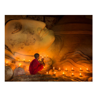 Carte Postale Moine priant par un Bouddha