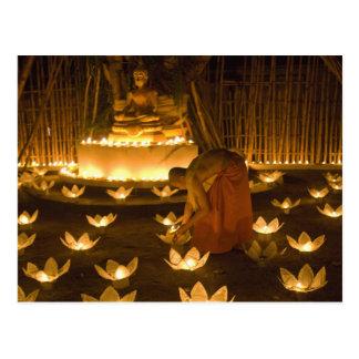 Carte Postale Moines allumant les bougies et les lanternes loy