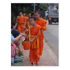 Carte Postale Moines rassemblant l'aumône dans Luang Prabang,