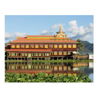 Carte Postale Monastère par un lac
