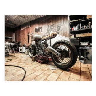 Carte Postale Moto dans le garage isolé
