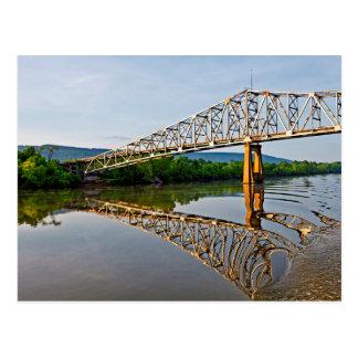 Carte Postale Navigation sous un pont au-dessus de la rivière