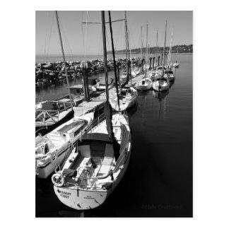 Carte postale noire et blanche de bateaux à voile