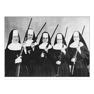 Carte Postale Nonnes avec des armes à feu