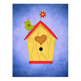 Carte Postale Oiseau vert adorable placé sur la volière