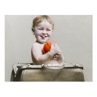 Carte Postale Pêche mignonne de bébé affamé petite dans le cru