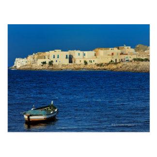Carte Postale pêcheurs, bateaux le long de la péninsule de