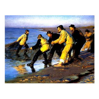 Carte Postale Pêcheurs transportant le filet sur la plage du