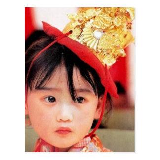 Carte Postale Petite fille japonaise utilisant un kimono
