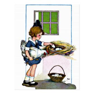 Carte Postale Petite fille rassemblant des oeufs
