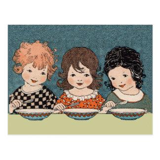 Carte Postale Petites filles vintages mangeant des soeurs de la