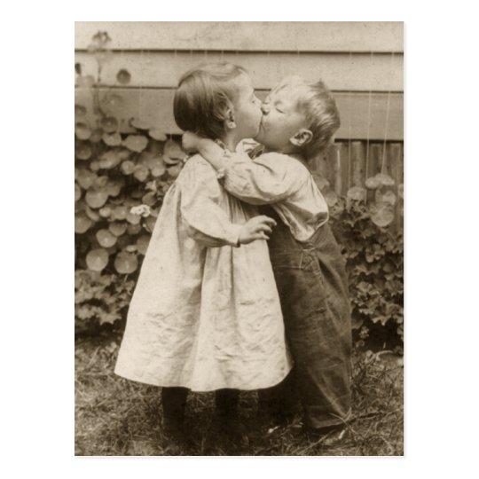 carte postale photo vintage d 39 amour des enfants embrassant dans. Black Bedroom Furniture Sets. Home Design Ideas