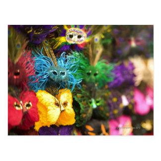 Carte Postale Plan rapproché des masques miniatures colorés dans
