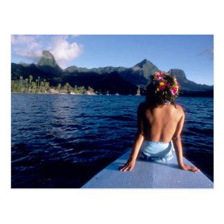 Carte Postale Polynésie française, Moorea. Femme appréciant la