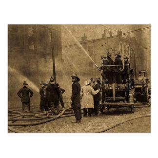 Carte Postale Pompiers dans l'action - cru