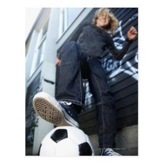 Carte Postale portrait d'angle faible de garçon blond avec le