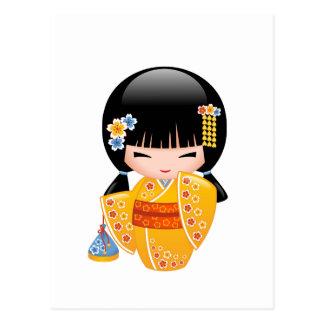 Carte Postale Poupée de Kokeshi d'été - fille jaune de kimono