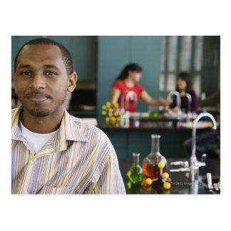 Carte Postale Professeur africain dans le laboratoire de chimie